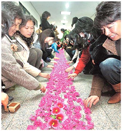 Women who decided to donate their eggs for Hwang's research decorate corridors to his office with azaleas and the national flower of Korea, the `Rose of Sharon'.(http://www.opm.go.kr/warp/en/korea/symbols/flower.html) Source: Ohmynews (6 December 2005) available from http://www.ohmynews.com/NWS_Web/View/at_pg.aspx?CNTN_CD=A0000296998