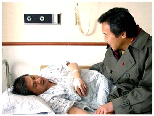 A famous politician visited Hwang in bed. Hwang's `politician-like' behavior, including his excessive reliance on nationalistic rhetoric, gradually made a lot of people turn critical toward him