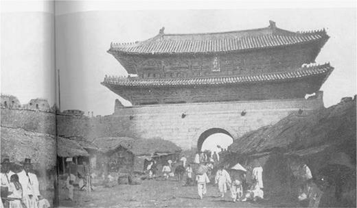 Seoul in 1880s. Sachineuro Poneun Chosǒnsitae Minchokui Sachinch'ǒp 1 (Album of Korean People in Chosǒn 1), Sǒmuntang, 1994:46–47