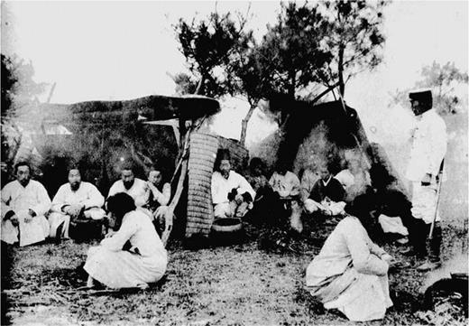 Refugees from a cholera epidemic. (朝鮮總督府, 大正9年コレラ病防疫誌, 揷圖, 朝鮮總督府, 1920)