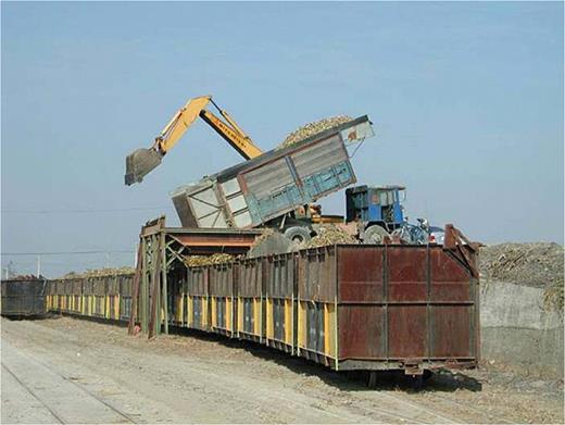 Reassembled cars transport canes to a transfer post. Photo by the author at Douliu, Yunlin County