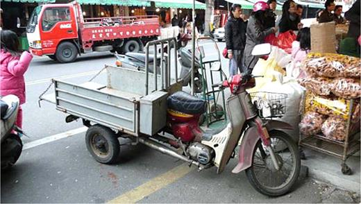 The reassembled car is linked to a 1×1-m small trailer. Photo by the author at Baigon, Yunlin County