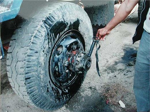 The reassembled car can shift between 2WD and 4WD just by a switch stick attached to the left rim. Photo by the author at Guken, Yunlin County