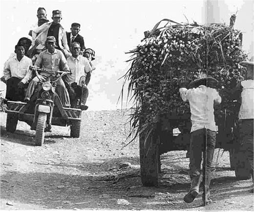 Ligan, Pingtong County, 1965. Except cattle carts, reassembled cars had became means of transportation in the Taiwanese rural areas in the 1960s. Photo by Chin-Yun Lin, cited from The World, no. 37, p. 52