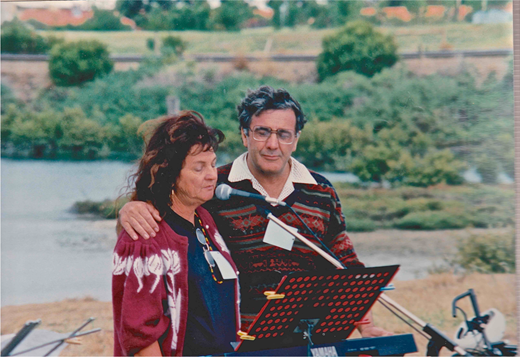 Cherie Watkins speaks and sings with Chester Schultz at Mangrove Creek, 13 April 1996. Image courtesy Geoff Boyce; also published with kind permission of Cherie Watkins.